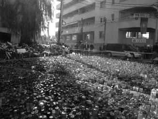 kaarsen en bloemen voor Club Colectiv waar in oktober een brand woedde