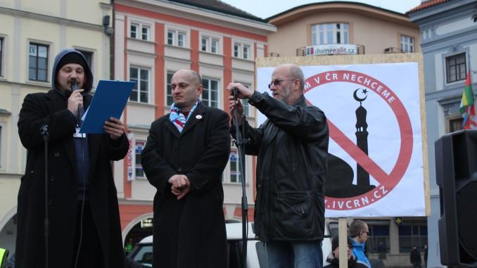 Martin Konvička (midden) bij een manifestatie van het initiatief 'Wij willen geen islam in Tsjechië', 14 maart 2015, České Budějovice, By Venca24 - Own work, CC BY 4.0, https://commons.wikimedia.org/w/index.php?curid=38958590