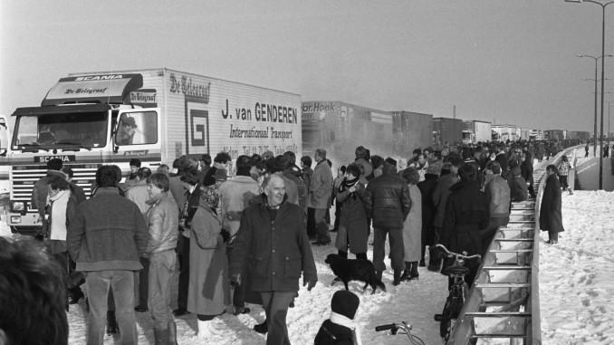 Duizenden mensen zwaaien een konvooi met kerstpakketten voor Polen uit. Foto: Croes, Rob C. / Anefo, Nationaal Archief