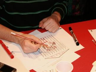 Een ontevreden kiezer in Belgrado oefent op een blancostemmerscursus in het ongeldig maken van zijn stembiljet. (foto: Joost van Egmond)