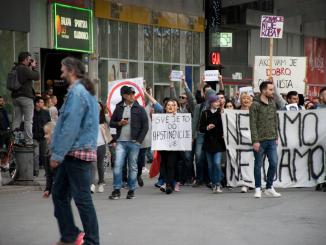 Vrij vertaald 'Dit alles komt door de thuisbijvers'. Protest in Novi Sad. (foto: Luka Šotra)