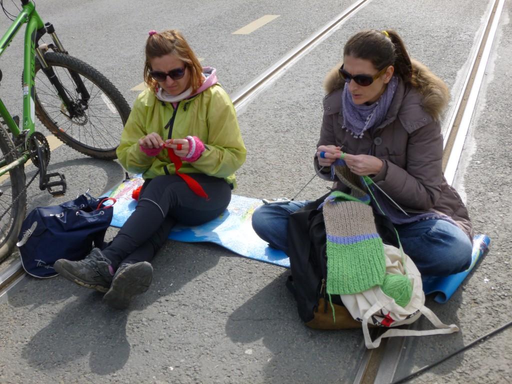 protest_sarajevo_mrt14_breien op de tramrails