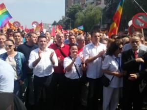 De sociaal-democratische leider Zoran Zaev staat graag vooraan bij een protestmars (foto: Joost van Egmond)