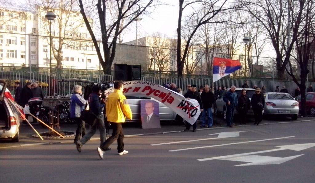 Servische nationalisten demonstreren voor de Russische ambassade in Belgrado