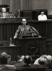 Generaal Wojciech Jaruzelski houdt een toespraak. fotograaf onbekend