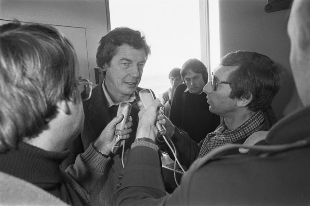 FNV-voorzitter Wim Kok tijdens de persconferentie op Schiphol. Foto: Hans van Dijk / Anefo, Nationaal Archief