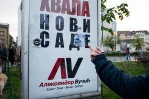 Niet overal even populair. Een demonstrant geeft zijn mening bij een bord waarop Vučić de stad Novi Sad bedankt na zijn overwinning. (foto Luka Šotra)