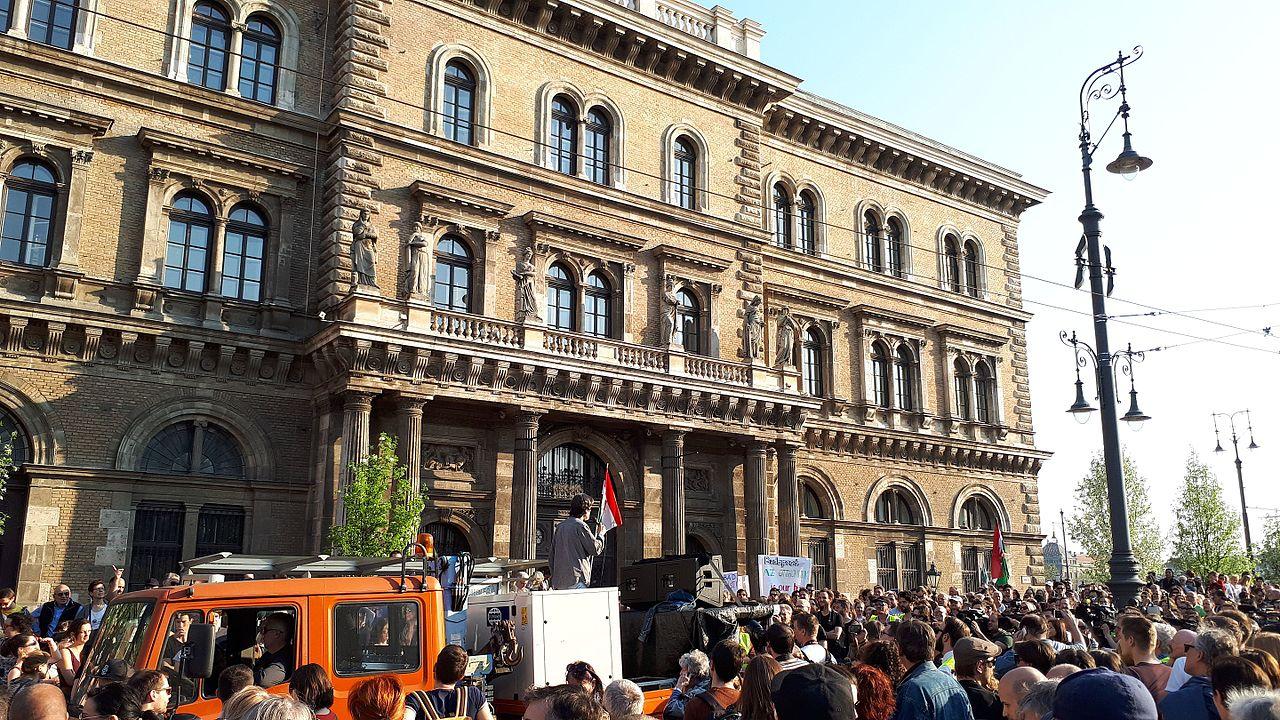 Voorjaar 2017 werd in Budapeest massaal gedemonstreerd voor behoud van de Centraal Europese Universiteit van Soros. (foto: Syp [CC0], via Wikimedia Commons)