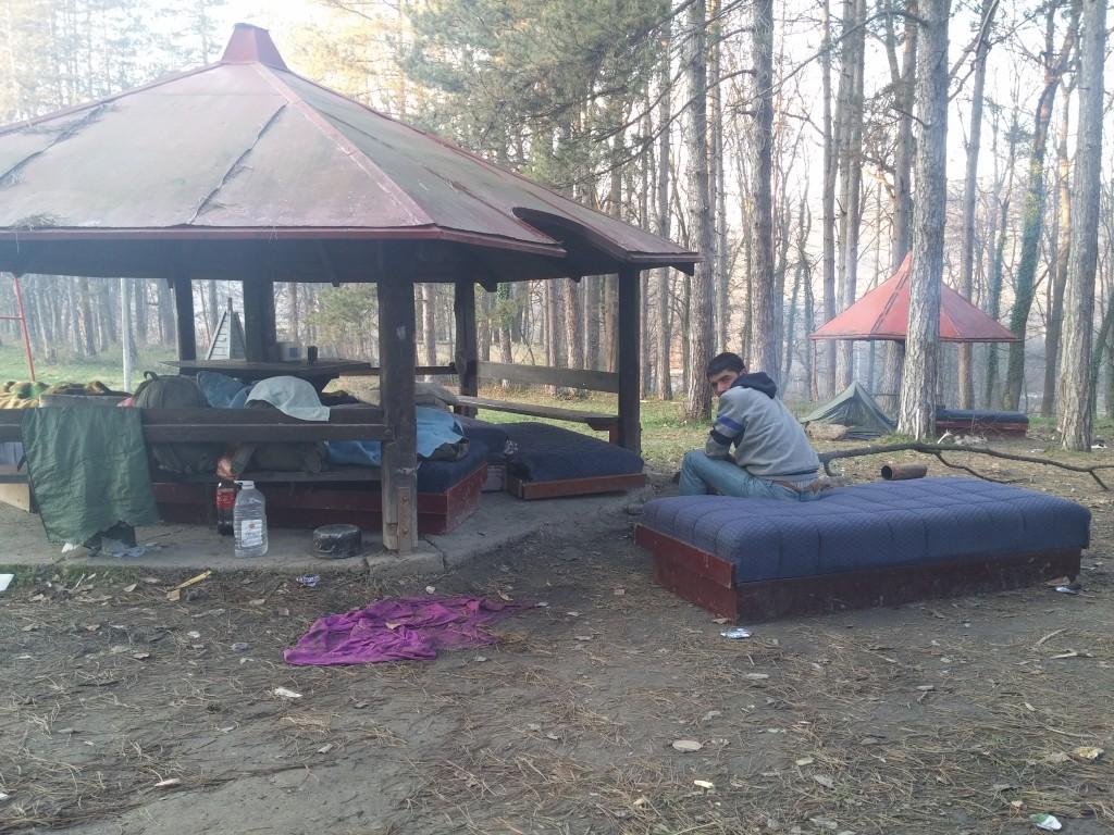 Wonen in de tuin van asielzoekerscentrum Bogovadja in Servië, december 2014