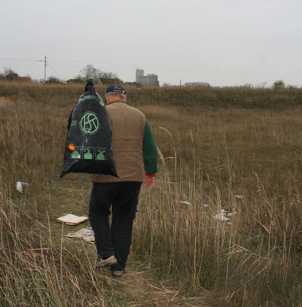 Hulpverlener Tibor Varga zoekt in het grensgebied bij de Servische stad Subotica naar migranten in nood, november 2013