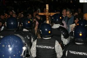 Oog in oog. Een cordon van de gendarmerie verspert demonstranten de weg op TErazije, in het centrum van de stad, op de avond voor pride.