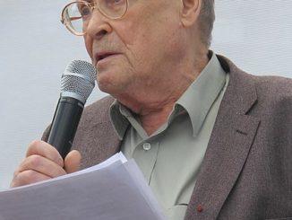 Sergei Kovaljov spreekt in een microfoon